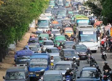 Antrean panjang kendaraan bermotor di Jalan Raya Cipacing, Rancaekek, Kabupaten Bandung, Jabar, Ahad (4/9). Arus balik kendaraan para pemudik mencapai puncaknya pada Ahad.