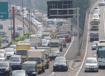 Antrean panjang kendaraan tampak di jalan tol dalam kota dari Tomang menuju Cawang, Jakarta, Jum'at (10/6), di hari terakhir masa uji coba pembatasan truk masuk tol dalam kota.
