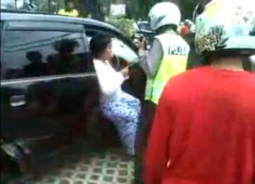 Apriani Susanti, si sopir maut, ketika diperiksa petugas kepolisian usai tabrakan yang menewaskan sembilan orang di Tugu Tani, Jakarta Pusat, Ahad (22/1).
