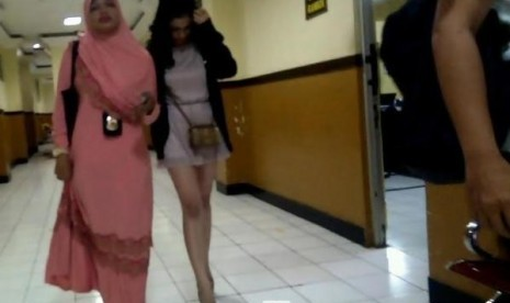 Artis Amel Alvi dikawal aparat Polres Metro Jakarta Selatan.