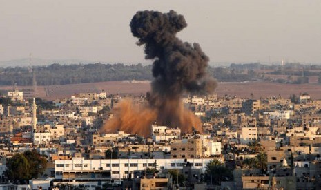 Asap membumbung di Kota Gaza dari ledakan yang disebabkan serangan udara Israel.