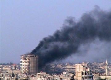 Asap mengepul dari sebuah gedung setelah tentara Suria membakar Kota Horms, basis Persatuan Revolusia Suriah, di Jeb al-Jandali, Provinsi Homs, Suriah tengah.