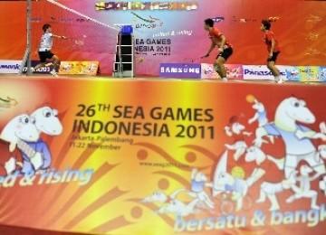 Atlet bulutangkis melakukan latihan di Lapangan Istora Senayan, Jakarta, jelang pertandingan SEA Games 2011.