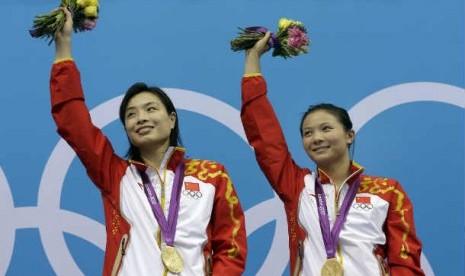 Atlet Cina, Wu Minxia (kiri) dan He Zi (kanan) berhasil meraih medali emas untuk cabang loncat indah.