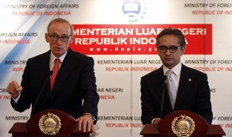 Australian Foreign Minister Bob Carr (left) and Indonesian Foreign Minister, Marty Natalegawa, talk to media person in Jakarta, on Monday.