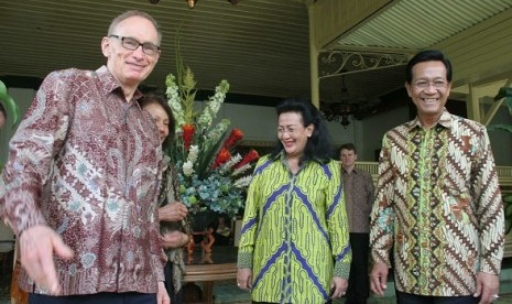 Australian Foreign Minister, Bob Carr (left) visits Governor of Special Region of Yogyakarta, Sultan Hamengkubuwono X (right) in Yogyakarta on Sunday.
