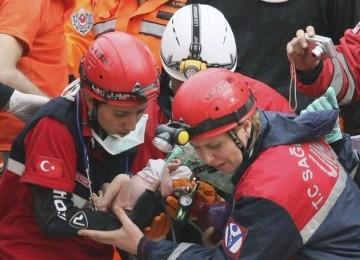 Azra Karaduman (tengah), bayi mungil berusia dua pekan, diselamatkan dari reruntuhan bangunan akibat gempa.