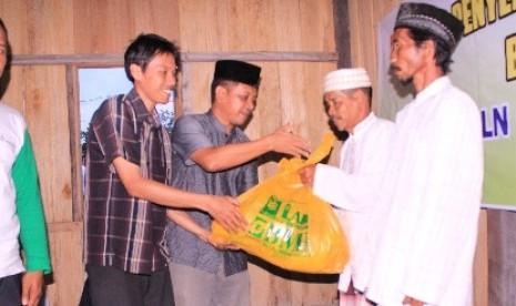 Baitul Maal Hidayatullah (BMH) dan LAZIS PT PLN (Persero) Kaltim serahkan 200 paket Santunan untuk Miskin (Senyum) dan Buka Bersama Ditunggu (BeDuG).