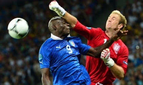 http://static.republika.co.id/uploads/images/detailnews/balotelli-berjibaku-dengan-kiper-inggris-joe-hart-_120625042036-748.jpg