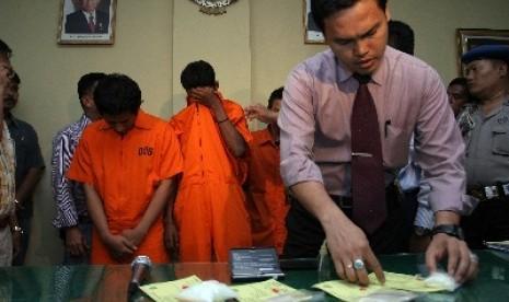 Bandar narkoba yang ditangkap polisi beserta barang bukti.