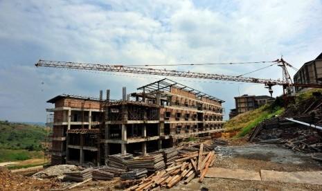 Bangunan proyek Pusat Pendidikan, Pelatihan dan Sekolah Olahraga Nasional di Bukit Hambalang, Bogor, Jawa Barat, Rabu (30/5). (Edwin Dwi Putranto/Republika)