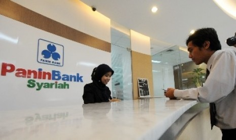 Banking transaction at Bank Panin Syariah in Jakarta (file photo)