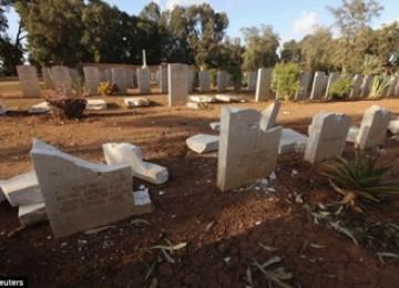 Batu nisan yang hancur di Libya