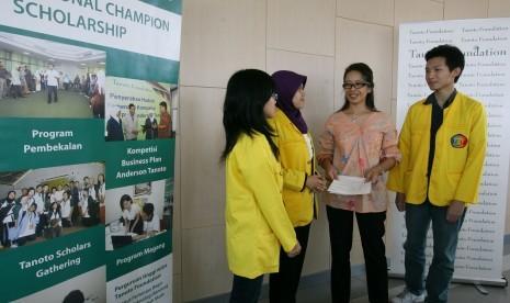 BEASISWA TANOTO. Program Director Tanoto Foundation Ratih Loekito (dua kanan) berbincang dengan sejumlah mahasiswa penerima beasiswa angkatan 2012/2013 di Universitas Indonesia, Depok, Jumat (14/9). Program National Champion Scholarship ditujukan kepada 23