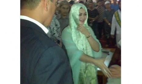 Bella Saphira usai mengucapkan kalimat dua syahadat di Masjid Istiqlal, Jakarta