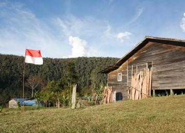 Bendera Merah Putih berkibar di atas bukit Kampung Jiginikeme, Distrik Mulia, Puncak Jaya, Papua.