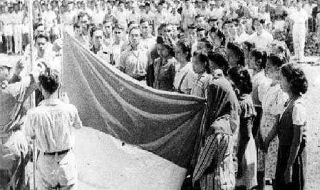 Bendera Merah Putih dikibarkan pada masa revolusi