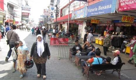 Bersantai: Para pengunjung Alun-alun Bandung bersantai di Jl Dalem Kaum, Kota Bandung, Senin (22/6).