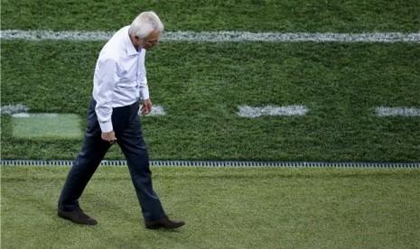 Bert van Marwijk, pelatih timnas Belanda, tertunduk lesu meninggalkan lapangan usai timnya menelan kekalahan di laga Grup B Piala Eropa 2012 Polandia-Ukraina.