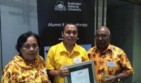 Billy bersama kedua orangtuanya ketika menerima penghargaan sebagai mahasiswa terbaik ANU. - See more at: http://www.australiaplus.com/indonesian/2015-08-12/putra-papua-lulusan-australia-akan-bertemu-presiden-obama/1480280#sthash.VPmCsVNE.dpuf