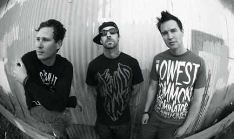 Masih Fobia Terbang, Travis Barker Absen di Tur Blink 182