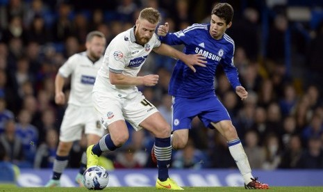 Wanderers' Matt Mills fights for the ball with Chelsea's Oscar (R