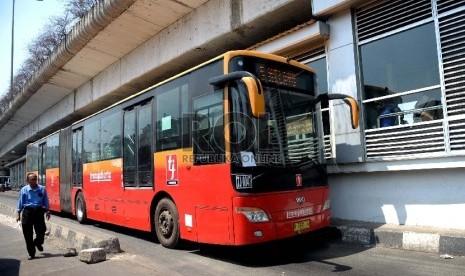 Bus Transjakarta memasuki halte penumpang di Terminal Kampung Melayu, Jakarta, Selasa (4/8).