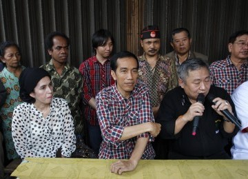 Calon Gubernur Joko Widodo mendatangi PKL di Jalan Gajah Mada-Hayam Wuruk, Ahad (1/3). (Republika/Adhi Wicaksono)