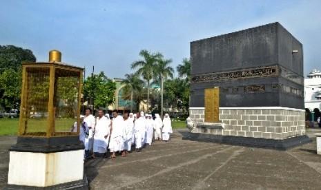 Calon jamaah haji mengikuti kegiatan manasik di asrama haji Pondok Gede, Jakarta