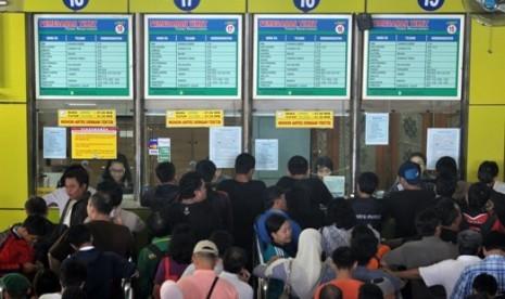 Calon penumpang mengantre pemesanan tiket di Stasiun Gambir, Jakarta, Kamis (7/6). Tiket kereta api untuk pemberangkatan H-4 dan H-3 Lebaran atau tanggal 16 dan 17 Agustus 2012 ludes terjual untuk semua jurusan di Jawa Timur dan Jawa Tengah.