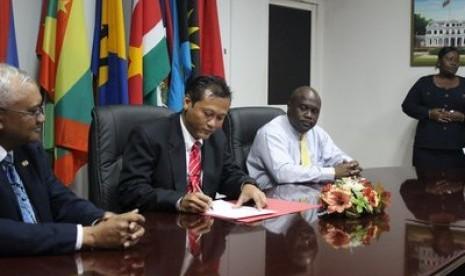 Calon Presiden Suriname, Raymond Sapoen (tengah)