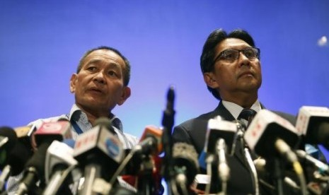 Malaysian Airlines Chief Executive Officer Ahmad Jauhari Yahya and Department of Civil Aviation (DCA) Director General Datuk Azharuddin Abdul Rahman (right) take questions at a news conference at the Kuala Lumpur International Airport in Sepang March 10, 2