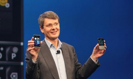 CEO RIM, Thorsten Heins mengenalkan BlackBerry Z10 and Q10 di New York Rabu (30/1).