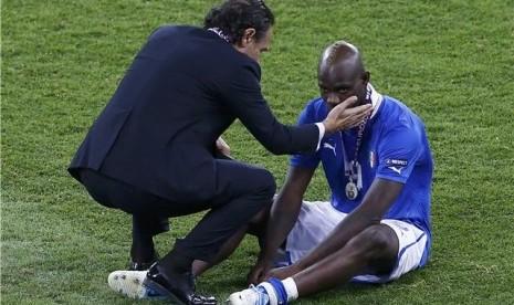 Cesare Prandelli (kiri), pelatih timnas Italia, berusaha membesarkan hati Mario Balotelli setelah menelan kekalahan tragis 0-4 dari Spanyol di final Piala Eropa 2012.