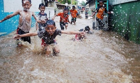 Children play in front their inundated houses in Jakarta. (illustration)