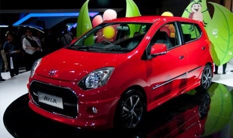 DAIHATSU LCGC. Mobil Low Cost Green Car (LCGC) Astra Daihatsu Ayla diluncurkan dalam Indonesia International Motor Show (IIMS) 2012 di JIExpo, Jakarta, Kamis (20/9). Mobil tersebut dibanderol dengan kisaran harga Rp100 juta.