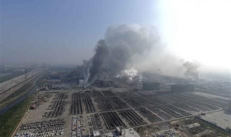 Dalam foto yang dirilis Kantor Berita Xinhua tampak asap membumbung dari lokasi ledakan yang berasa dari gedung di Distrik Baru Binhai, kota pelabuhan Tianjin, Cina, Kamis (13/8). Api menerangi langit malam saat ledakan dahsyat itu terjadi.