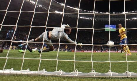 Danny Welbeck melesakkan gol ke gawang Swedia dan memastikan kemengan 3-2