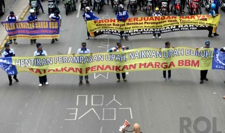 Demo Buruh. Massa buruh berunjuk rasa di Jalan MH. Thamrin, Jakarta, Rabu (10/12).