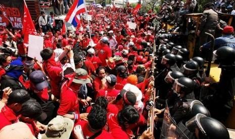 Baju kuning dan merah turun ke jalanan bangkok, 3000 polisi dikerahkan