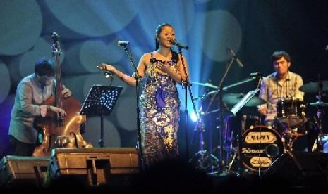 Dira Sugandi dan Sri Hanuraga Trio Jazz-kan Lagu Daerah