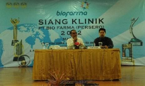 Direktur Pemasaran PT Bio Farma (Persero) Sarimuddin Sulaeman (Kiri) Beserta Aco Aslam Yusuf, Kepala Divisi Penunjang Pemasaran.