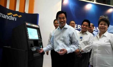 Direktur Utama Bank Mandiri Zulkifli Zaini saat meresmikan anjungan tunai mandiri (ATM) Bank Mandiri ke 10 ribu di Pasar Tanah Abang Blok B, Jakarta