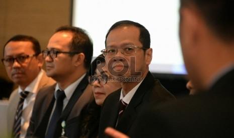 Dirut Bank BJB Ahmad Irfan (tengah) bersama jajaran direksi memberikan keterangan usai acara analyst meeting 1Q-2015 di Jakarta, Selasa (28/4).