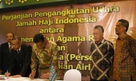 Dirut Maktour Fuad Hasan Masyhur (tiga dari kanan) tengah menandatangani kerjasama dengan Saudia Airlines di Jakarta Senin (13/5).
