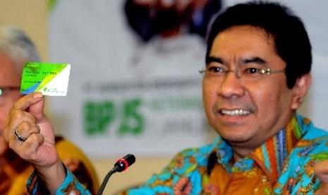 Dirut PT Jamsostek Elvyn G. Masassya menunjukan kartu smart card BPJS menjelang transformasi PT Jamsostek menjadi BPJS di Jakarta, Kamis (12/12).