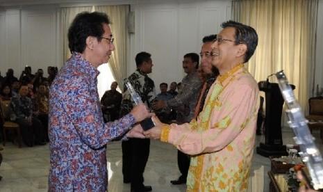 Dirut PT. Sidomuncul Irwan Hidayat menerima penghargaan Nasional HKI langsung dari Wakil Presiden Prof. Dr. Boediono didampingi oleh Menteri Hukum dan HAM Amir Syamsudin.