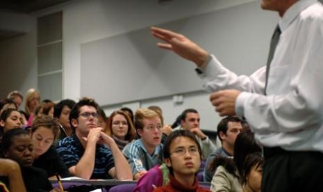 Dosen yang sedang mengajar para mahasiswa (ilustrasi)