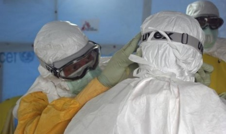 Dr. Joel Montgomery (left), team leader for the US Centers for Disease Control and Prevention Ebola Response Team in Liberia. (photo is released on Sept. 16, 2014)