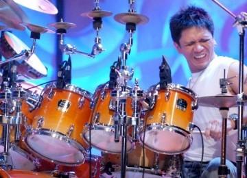 Drummer Gilang Ramadhan saat menunjukkan kepiawaiannya dalam memainkan alat musik drum.